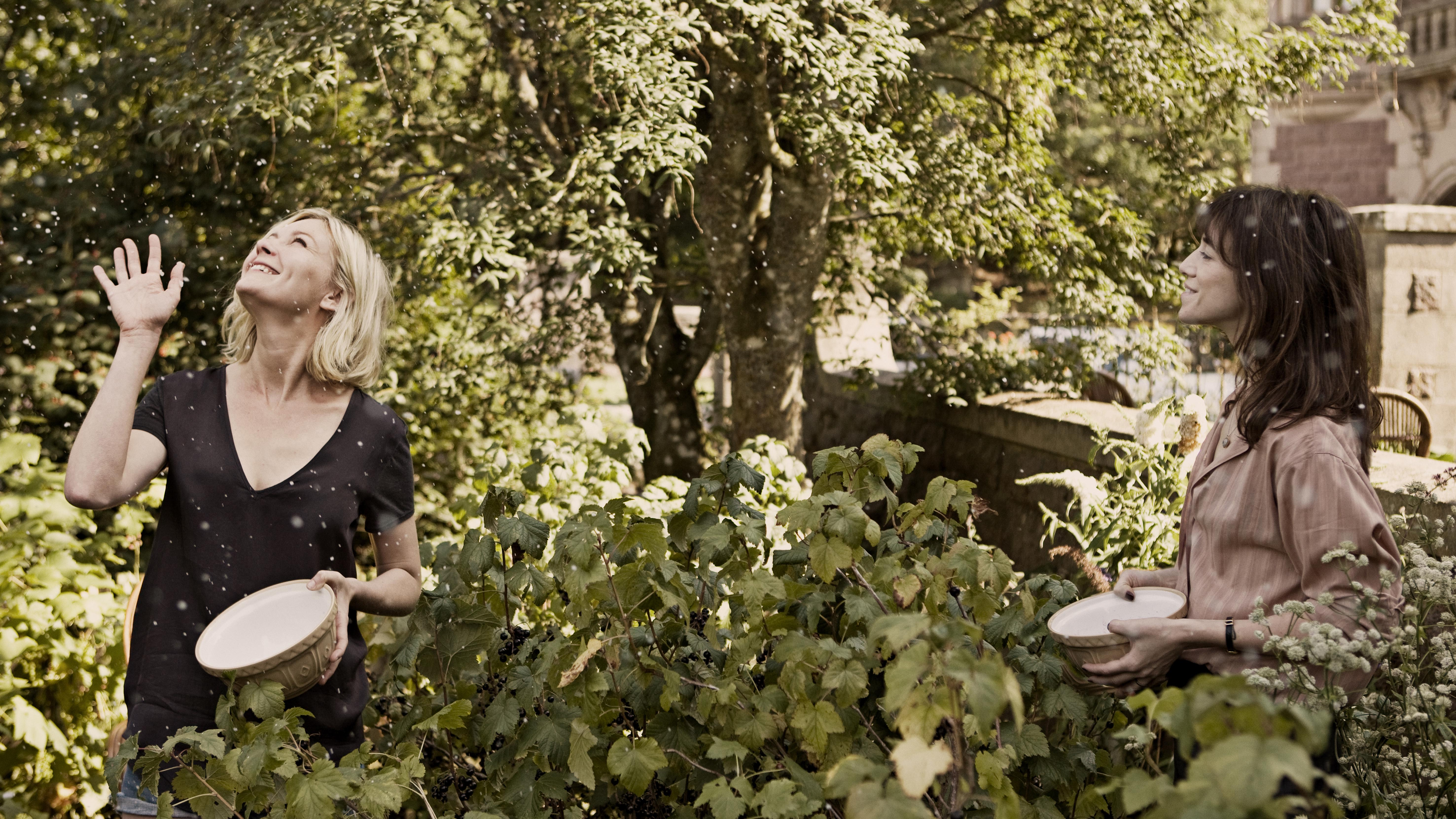 kirsten-dunst-and-charlotte-gainsbourg-in-melancholia-photo-courtesy-of-magnolia-pictures.jpg